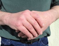 Un uomo che tiene le sue mani fotografia stock libera da diritti