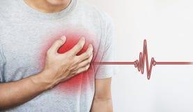 Un uomo che tocca il suo cuore, con il segno di impulso del cuore Attacco di cuore ed altri malattia cardiaca immagine stock