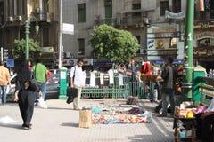 Un uomo che vende i ricordi di rivoluzione a Cairo egitto Immagini Stock