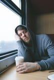 Un uomo che viaggia in treno Fotografie Stock