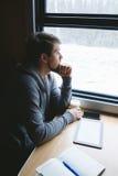 Un uomo che viaggia in treno Fotografia Stock