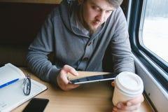 Un uomo che viaggia in treno Fotografia Stock Libera da Diritti