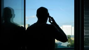 Un uomo chiama il vecchio telefono cellulare stock footage