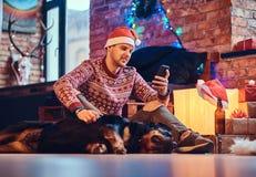Un uomo con un cane Fotografia Stock