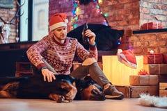 Un uomo con un cane Fotografia Stock Libera da Diritti