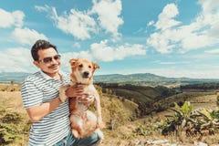 Un uomo con il cane Montagna e cielo blu e nuvole molto piacevoli fotografia stock libera da diritti