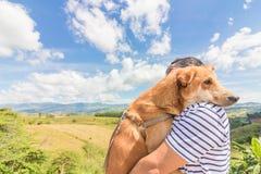 Un uomo con il cane Montagna e cielo blu e nuvole molto piacevoli fotografie stock