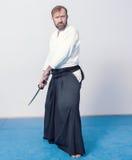 Un uomo con il katana è pronto ad attaccare Fotografia Stock