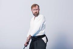Un uomo con il katana è pronto ad attaccare Immagini Stock Libere da Diritti