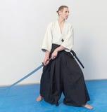 Un uomo con il katana è pronto ad attaccare Immagine Stock