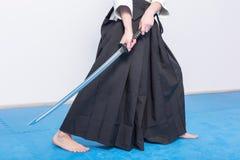 Un uomo con il katana è pronto ad attaccare Fotografia Stock Libera da Diritti