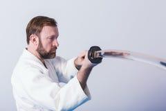 Un uomo con il katana su pratica di Iaido Fotografia Stock
