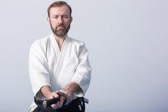 Un uomo con il katana su pratica di Iaido Immagini Stock Libere da Diritti