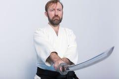 Un uomo con il katana su pratica di Iaido Fotografie Stock Libere da Diritti