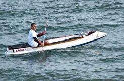 Un uomo con la canoa sulla spiaggia di Lebih, Bali Fotografia Stock Libera da Diritti