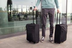 Un uomo con la valigia vicino dell'aeroporto immagine stock libera da diritti
