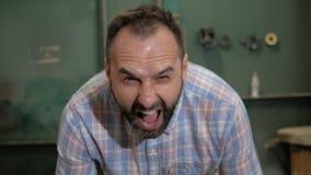 Un uomo con le grida di una barba stock footage