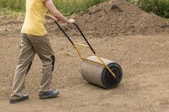 Un uomo con un rullo del suolo fotografia stock libera da diritti