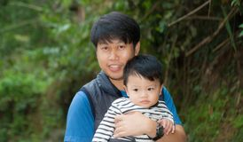 Un uomo con suo figlio Fotografie Stock Libere da Diritti