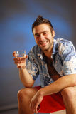 Un uomo con un vetro di acqua Fotografie Stock Libere da Diritti