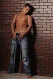 Un uomo con una catena Fotografie Stock
