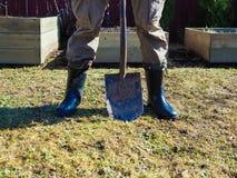 Un uomo con uno shoveln fotografie stock