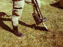 Un uomo con uno shoveln immagini stock libere da diritti