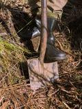 Un uomo con uno shoveln immagine stock