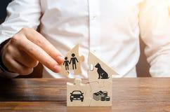 Un uomo costruisce una casa dei puzzle La missione di ogni uomo ? di costruire una casa e di fornire i termini per i discendenti  fotografia stock