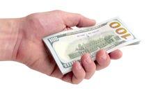 Un uomo dà o prende un mucchio delle fatture del cento-dollaro Disponibile mille dollari su un fondo bianco Isolato Primo piano Immagine Stock Libera da Diritti