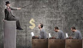 Un uomo d'affari avido motiva gli impiegati di concetto con uno stipendio fotografia stock libera da diritti