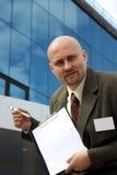 Un uomo d'affari che indica alla lista di controllo Fotografia Stock Libera da Diritti