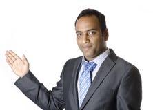 Un uomo d'affari che mostra cosa importante sul bordo bianco Fotografie Stock