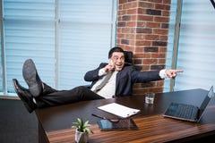 Un uomo d'affari che parla su un telefono cellulare, uomo d'affari che parla sulla t Fotografia Stock Libera da Diritti