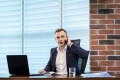Un uomo d'affari che parla su un telefono cellulare, uomo d'affari che parla sulla t Fotografie Stock