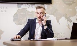 Un uomo d'affari che parla su un telefono cellulare, uomo d'affari che parla sulla t Immagine Stock