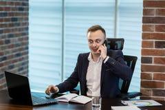 Un uomo d'affari che parla su un telefono cellulare, uomo d'affari che parla sulla t Immagine Stock Libera da Diritti