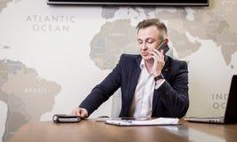 Un uomo d'affari che parla su un telefono cellulare, uomo d'affari che parla sulla t Fotografie Stock Libere da Diritti