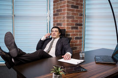 Un uomo d'affari che parla su un telefono cellulare, uomo d'affari che parla sulla t Fotografia Stock