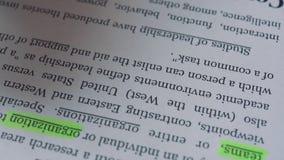 Un uomo d'affari evidenzia la definizione della direzione di parola con un indicatore nel testo video d archivio