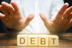 Un uomo d'affari ? recintato fuori dal debito Incapacit? di pagare il debito, difficolt? economiche Atmosfera sfavorevole per l'a fotografie stock libere da diritti