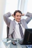 Un uomo d'affari relaxed che lavora con un calcolatore Fotografia Stock Libera da Diritti