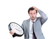 Un uomo d'affari si è preoccupato che stia esaurendo il tempo Immagine Stock