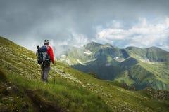 Un uomo d'escursione fotografia stock libera da diritti
