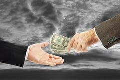 Un uomo dà i soldi ad un altro Immagine Stock Libera da Diritti