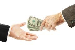 Un uomo dà i soldi ad un altro Fotografia Stock