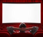 Un uomo da solo nel corridoio vuoto del cinema Immagini Stock