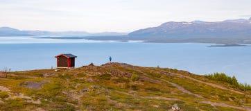 Un uomo da un cottage della montagna Fotografia Stock Libera da Diritti