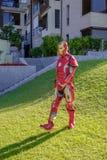 Un uomo del ferro cammina lungo l'erba verde nella radura Immagini Stock Libere da Diritti