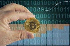 Un uomo del giocattolo sta tenendo Bitcoin immagini stock libere da diritti